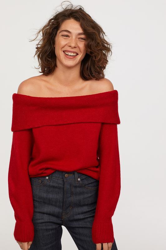 Актуальный объемный свитер с открытыми плечами h&m красный дже...