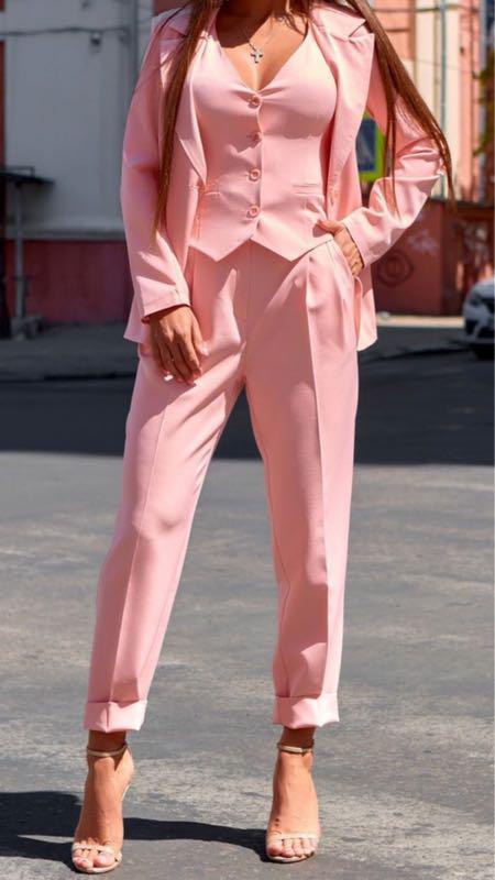розовый брючный костюм тройка