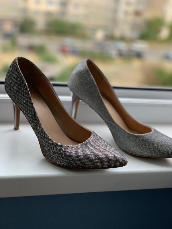 Блестящие нарядные туфли лодочки серебристые