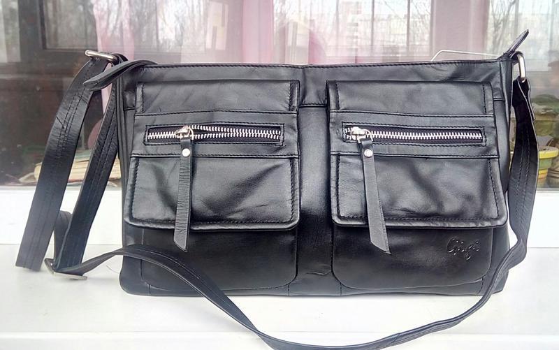 Стильная фирменная кожаная сумка-почтальонка gigi.