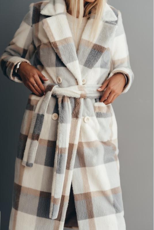 Длинное двубортное пальто из эко меха норка клетка серая зимне...