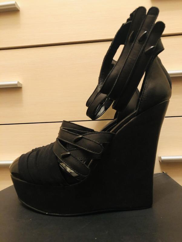 Модные кожаные черные туфли на танкетке!