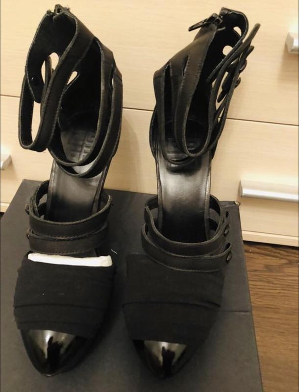 Модные черные кожаные туфли на танкетке!