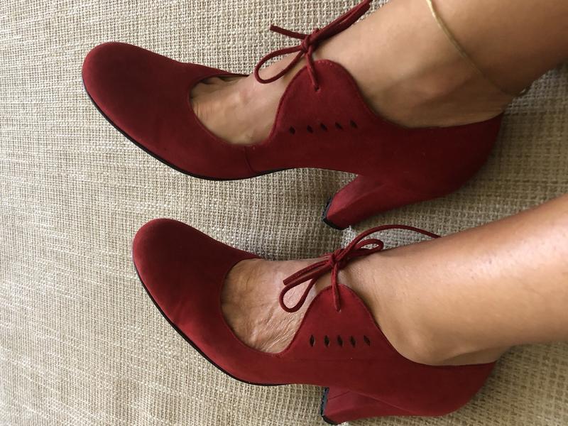 Элегантные красные замшевые туфли на завязках!