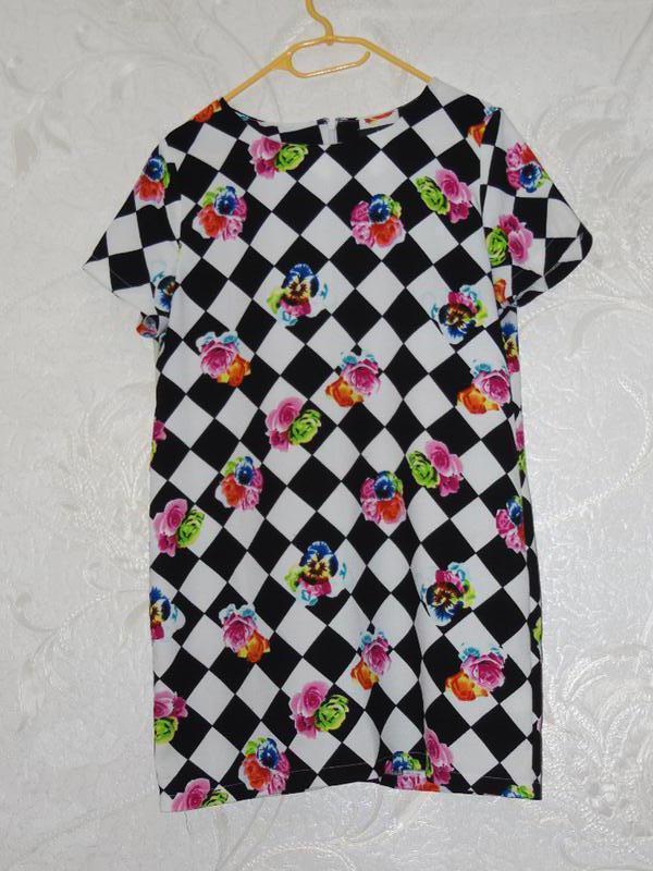 Яркое контрастное платье свободного покроя