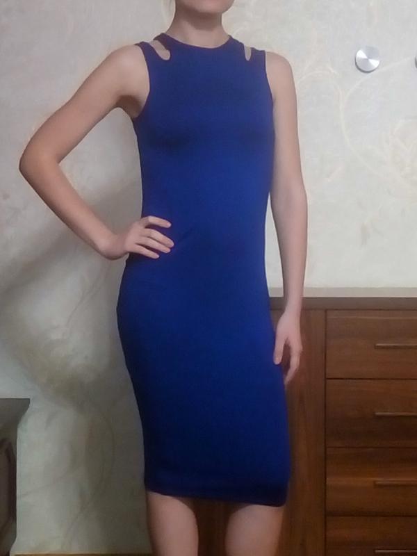 Яркое платье чулок облегающее