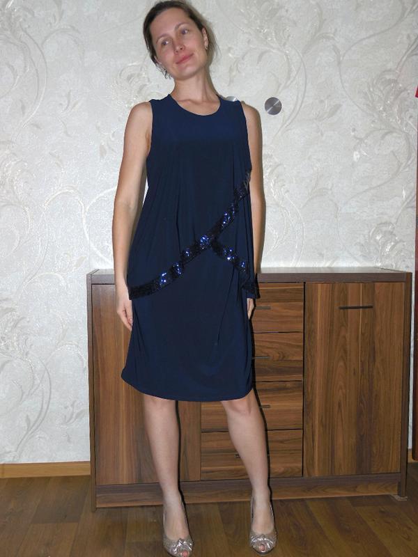Фирменное темно-синее нарядное платье с напуском, паетки