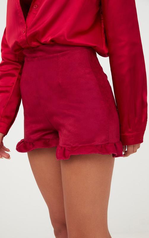 Красные шорты из искусственной замши с оборкой рюшем prettylit...