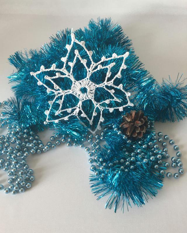 Вязаная крючком новогодняя снежинка для декора, украшение на елку