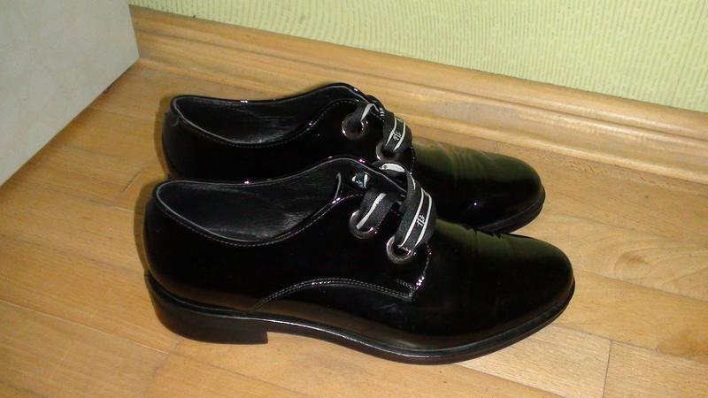 Badura - шкіряні лакові туфлі-броги, кросівки