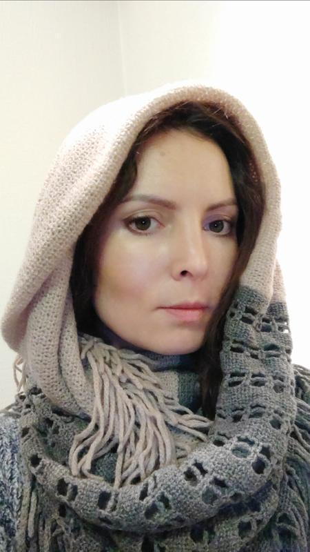 Вязаный серо-бежевый шарф хомут снуд с бахромой