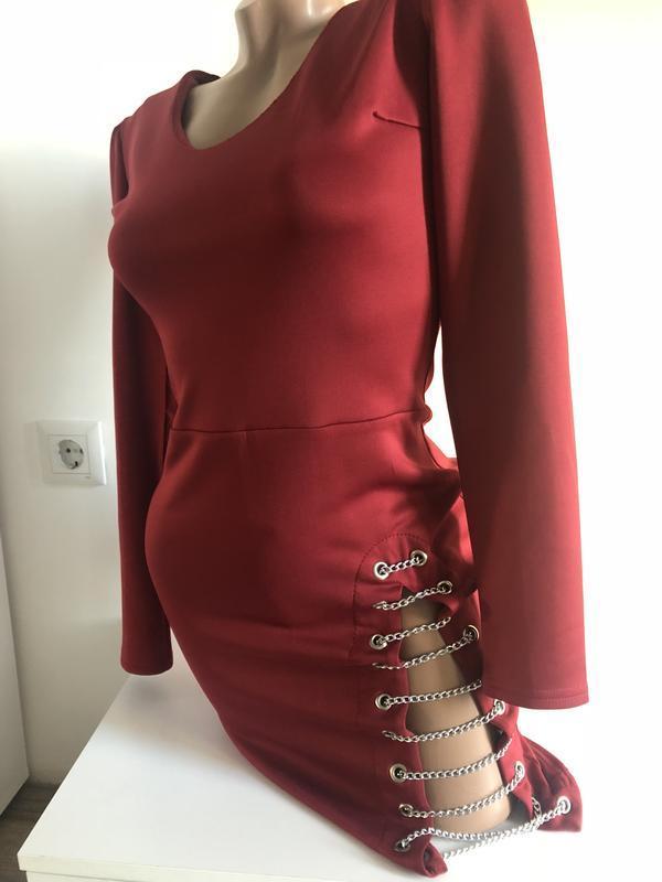 Новое платье с декольте с разрезами и украшением на бедре новы...