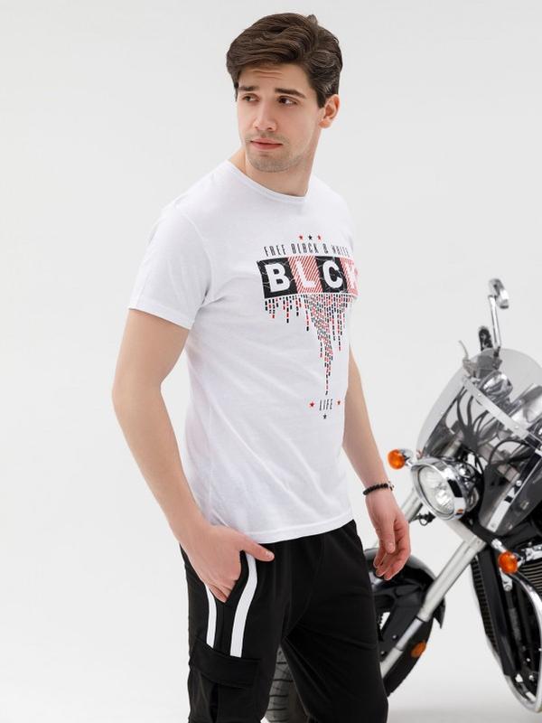 Белая трикотажная принтованная футболка