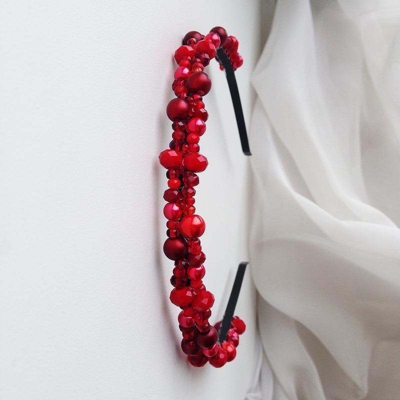Красный ободок с хрустальными бусинами.
