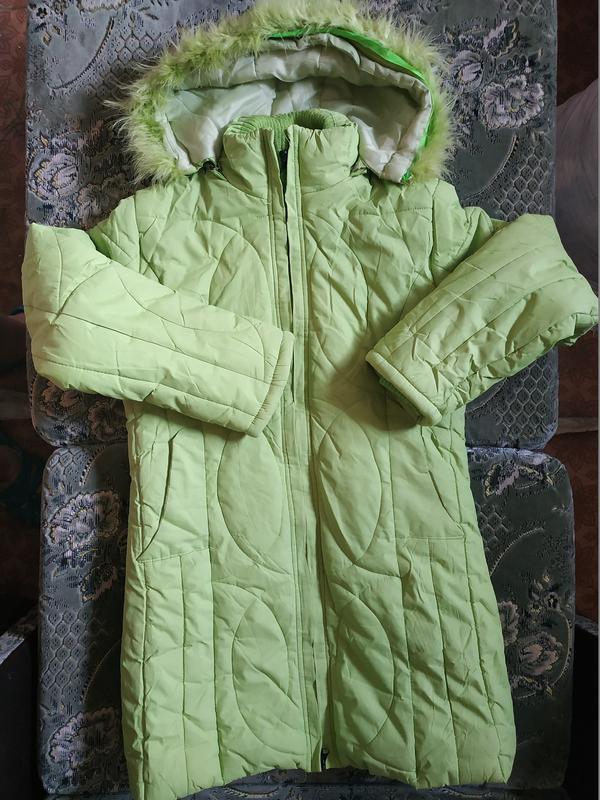 Теплое салатовое пальто для девочки