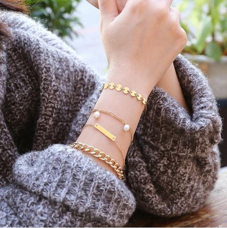 Набор браслетов 4 штуки золотистого цвета - Фото 3