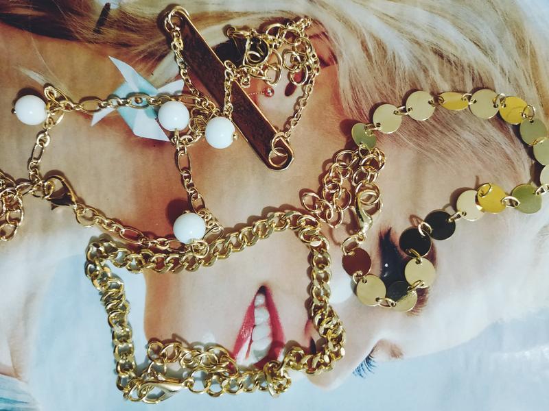 Набор браслетов 4 штуки золотистого цвета - Фото 6