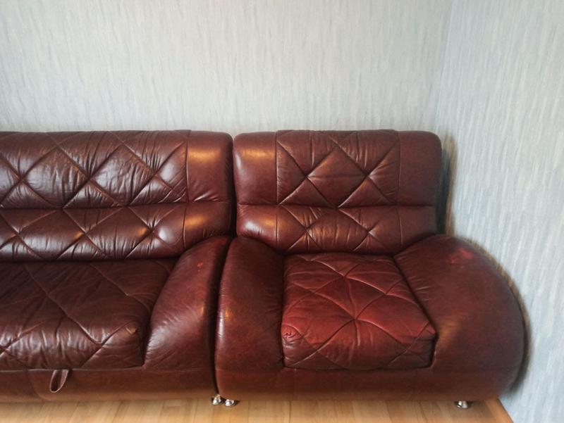 Розкладний шкіряний диван з кріслом та столиком - Фото 2