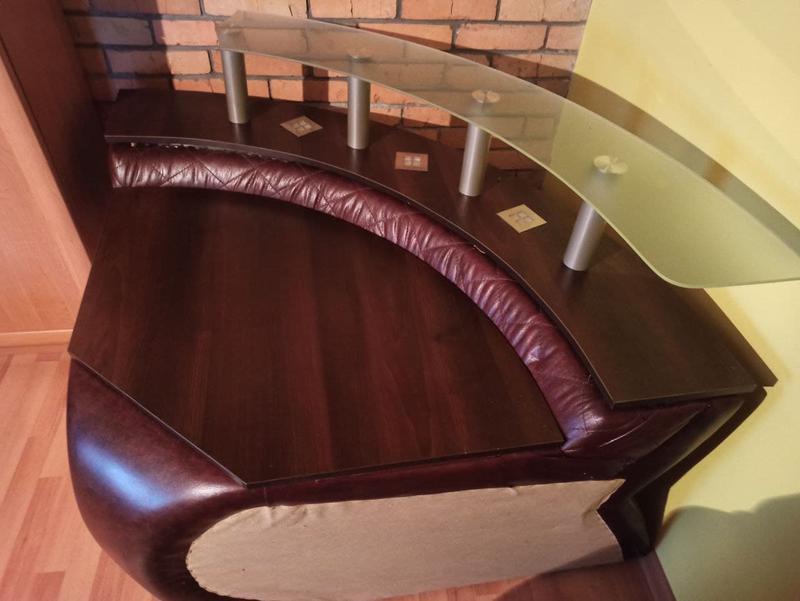 Розкладний шкіряний диван з кріслом та столиком - Фото 7
