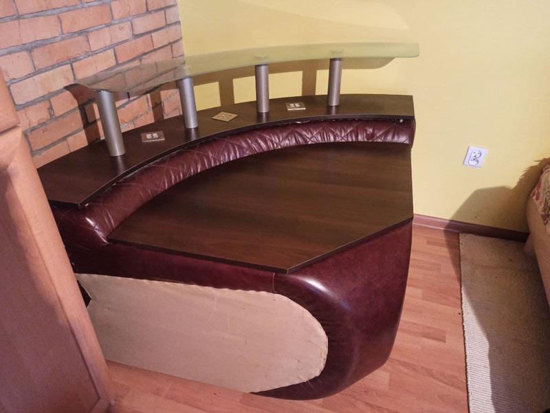 Розкладний шкіряний диван з кріслом та столиком - Фото 8