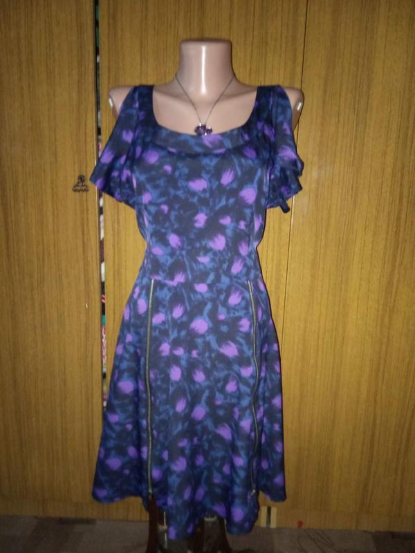 Шифоновое платье спереди с замочками