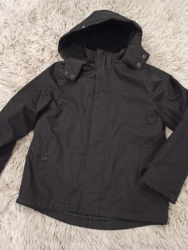 Черная теплая куртка с капюшоном