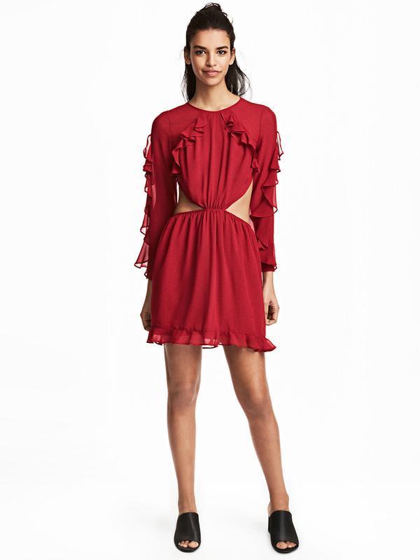 Красное шифоновое платье с рукавами, открытой спиной и с волан...