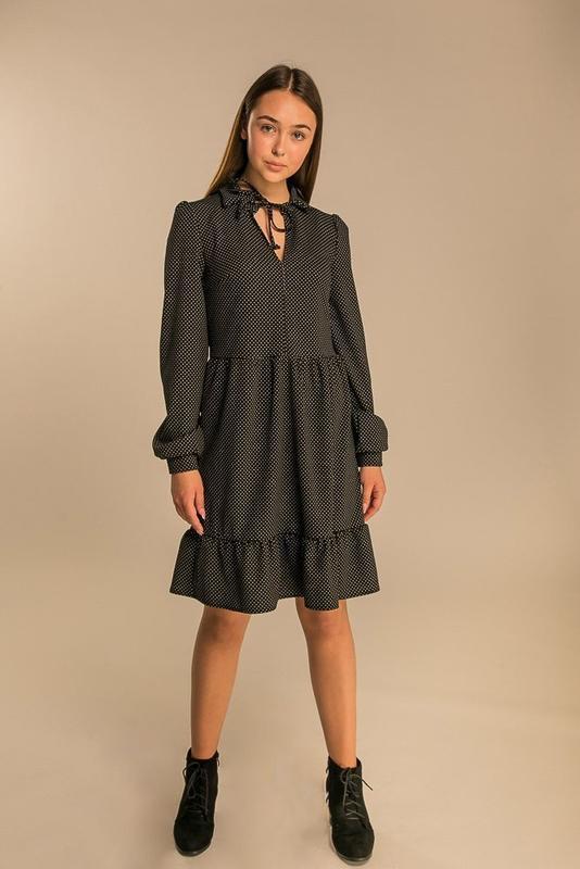 Нежное женское свободное платье в горошек
