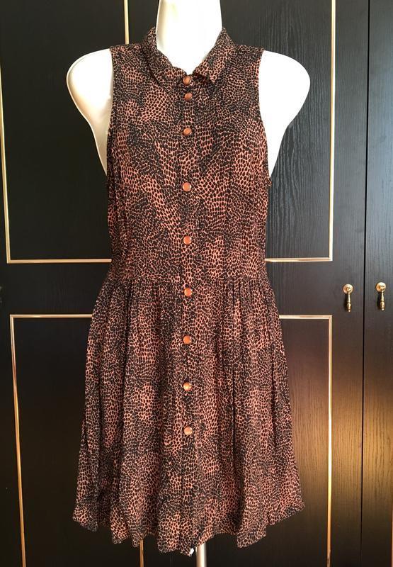 Платье женское, на пуговицах, полу-оголенная спина, сток
