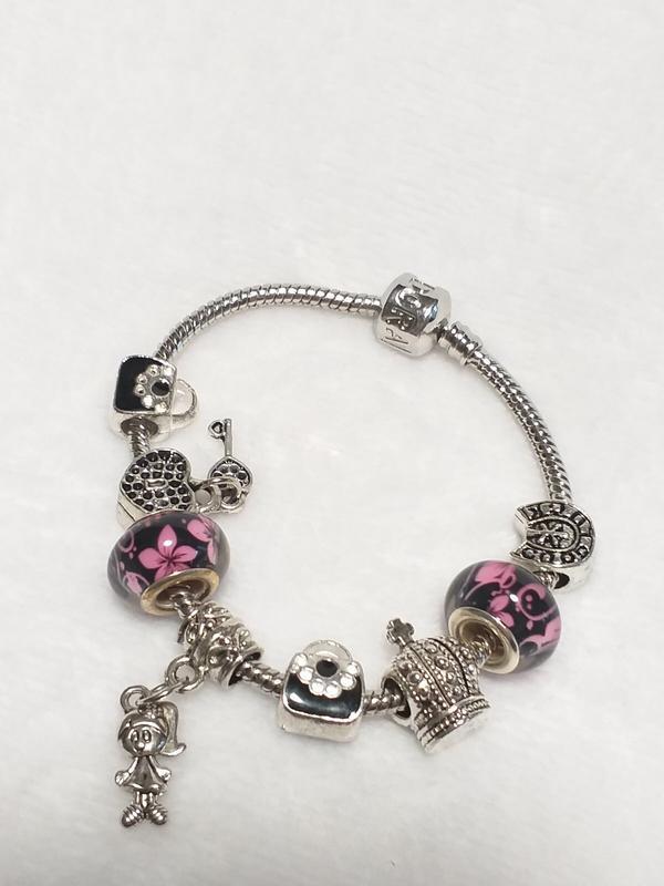 Браслет с розовыми шармами, корона, сумочка, девочка