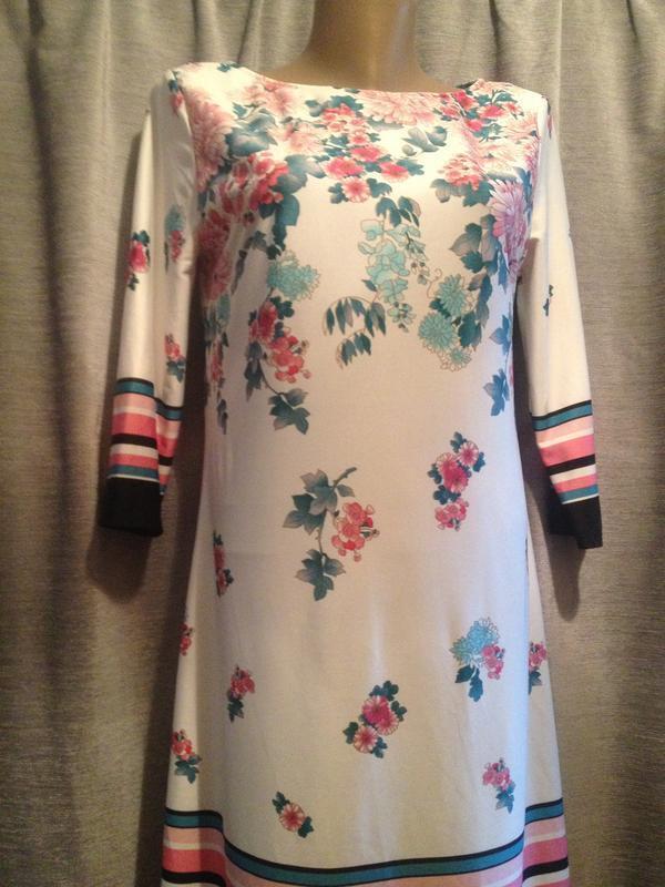Оригинальное платье с цветочным принтом.122