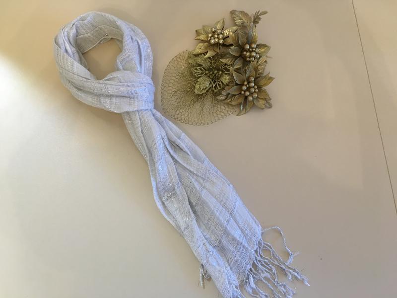 Красивый шарфик белый с серебряной нитью/серебряный шарф