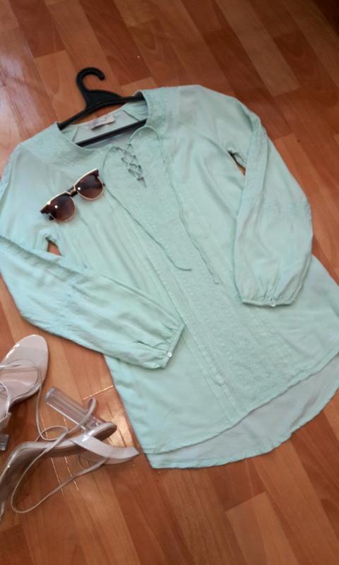 Ніжна м'ятна блуза з вишивкою та шнурівкою