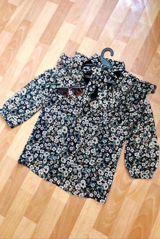 Красива блуза з воланчиками