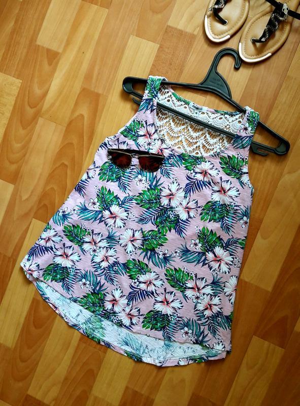 Красива блуза в тропічний принт з мереживом