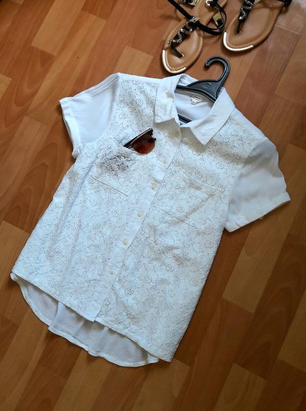 Білосніжна блуза з мереживом