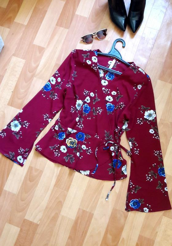 Красива блуза на запах з кльошними рукавчиками
