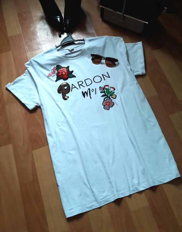 Удлиненная натуральная футболка с нашивками
