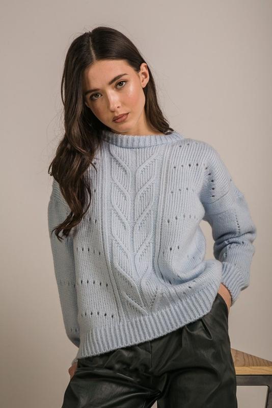 Светлый приятный плотный свитер