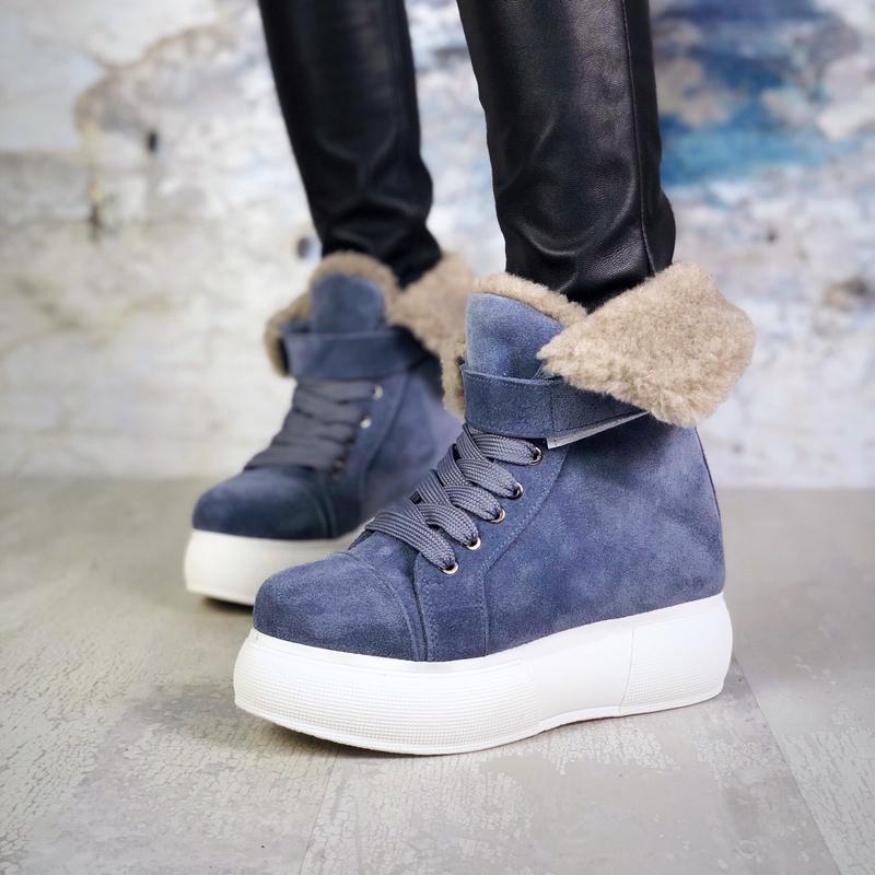 Стильные зимние замшевые ботинки с мезовым отвротом на массивн...