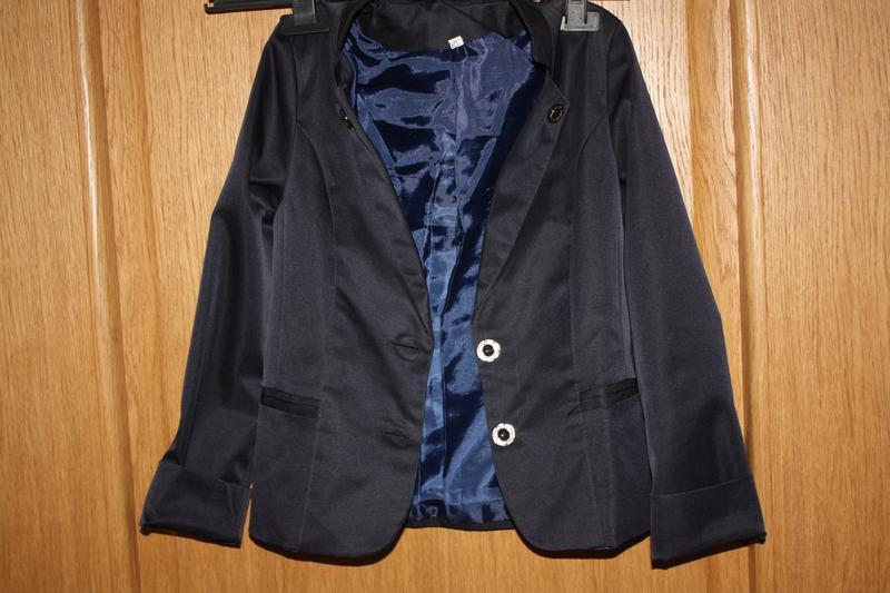 Школьный  пиджак для девочки р-122/134 в отличном состоянии