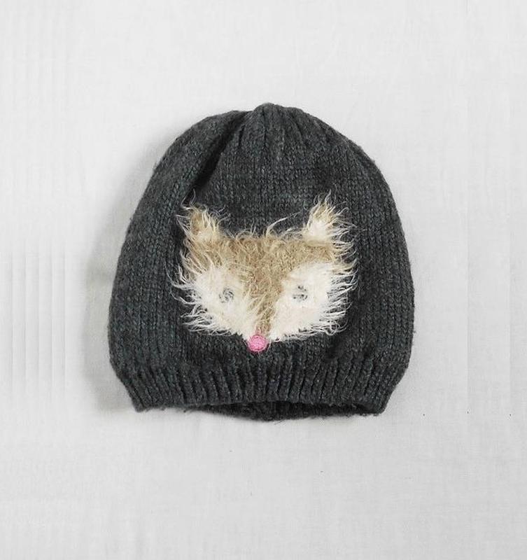 Серая теплая вязаная зимняя шапка на флисе