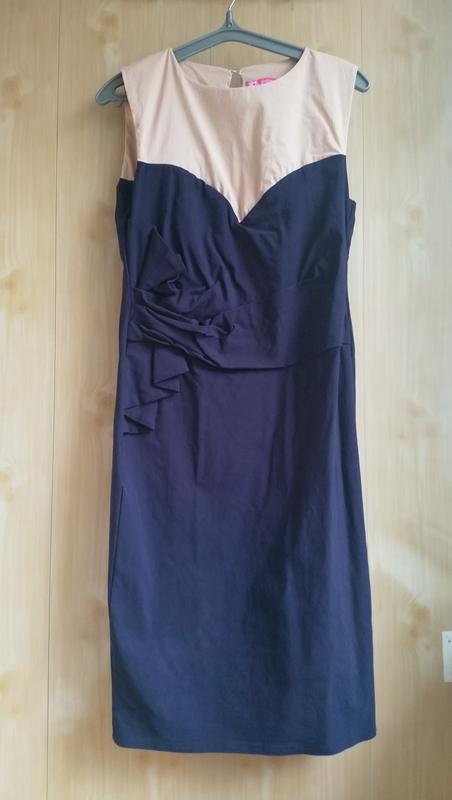 Красивое приталенное платье миди
