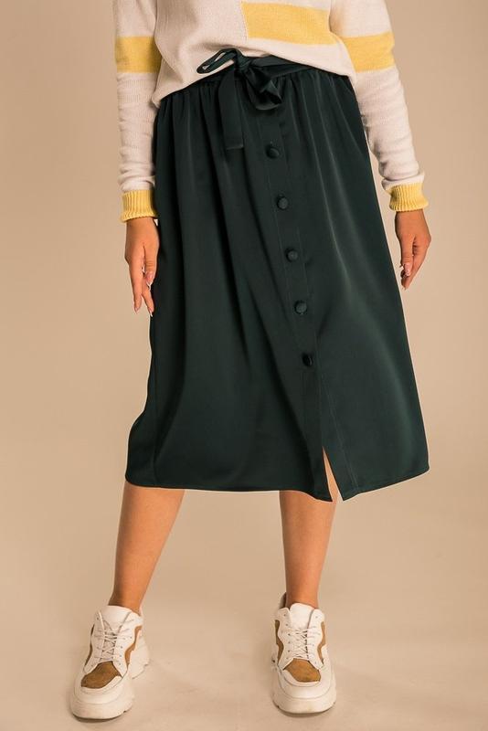 Атласная юбка миди с посадкой на талию