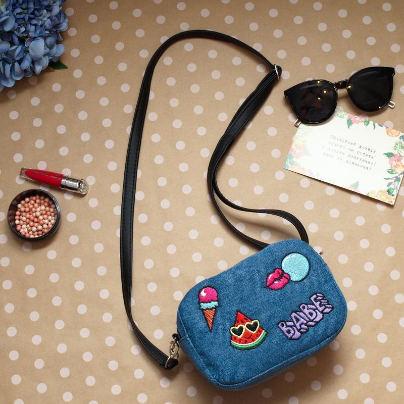 Голубая маленькая сумка кроссбоди с нашивками, джинс коттон
