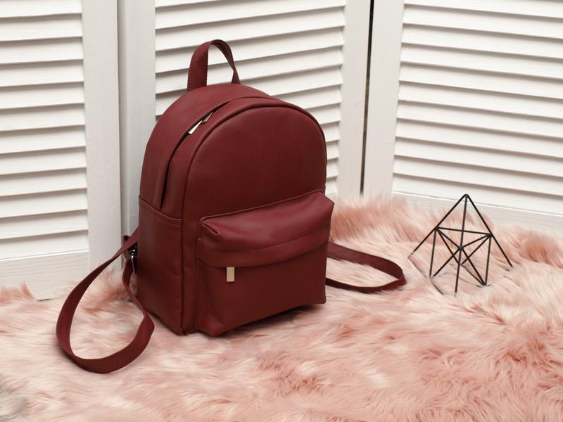 Небольшой удобный рюкзак бордового цвета, кожзам