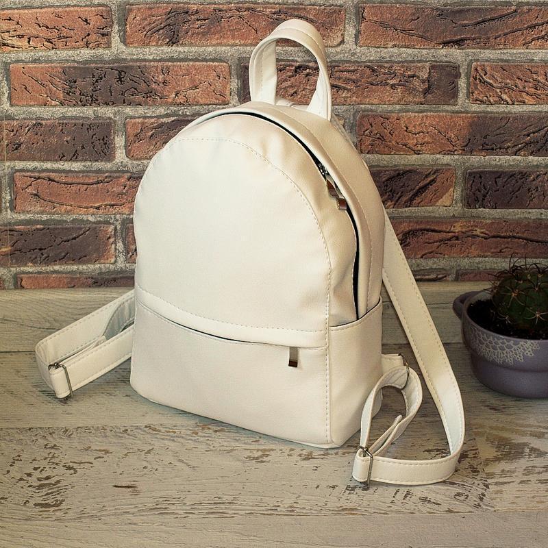 Небольшой удобный рюкзак белого цвета, кожзам
