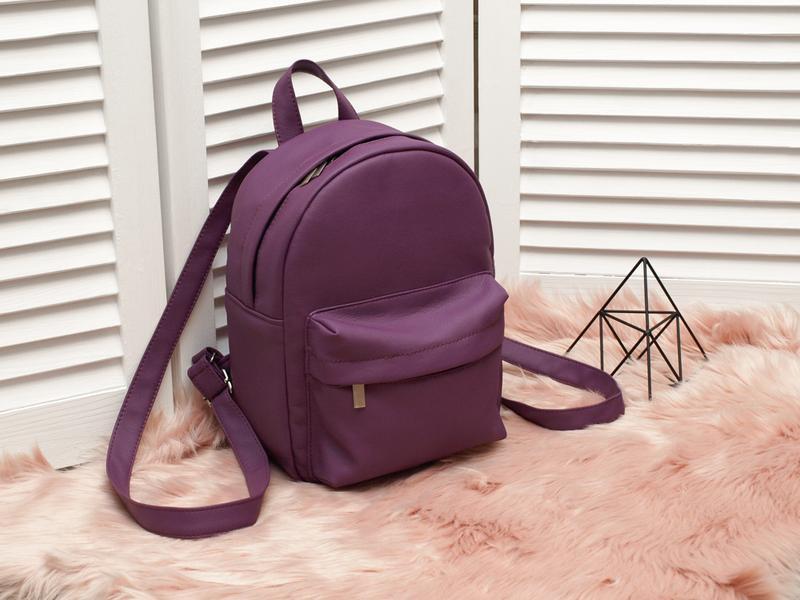Небольшой удобный рюкзак фиолетового цвета, кожзам