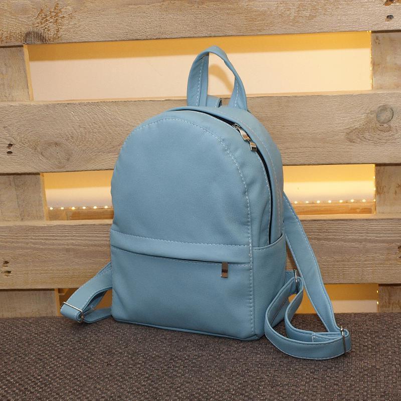 Небольшой удобный рюкзак светло голубого цвета, кожзам