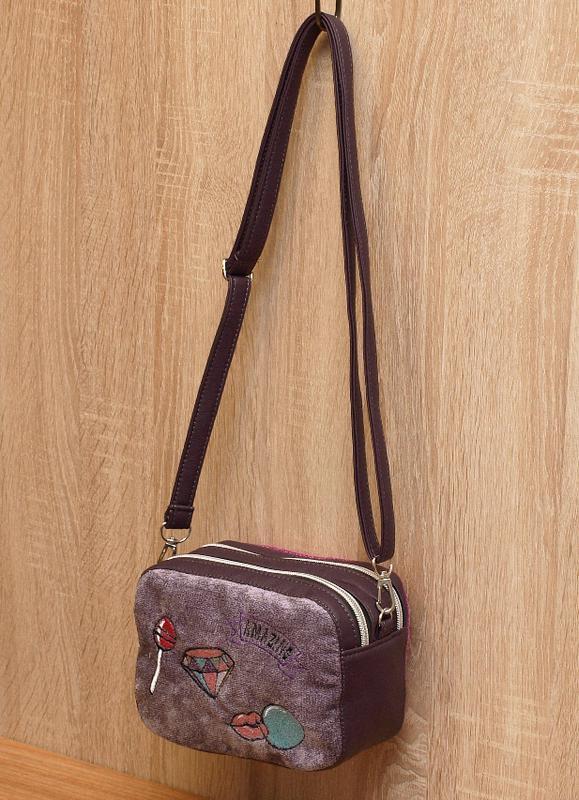 Сиреневая маленькая сумка кроссбоди с нашивками велюр с кожзамом.